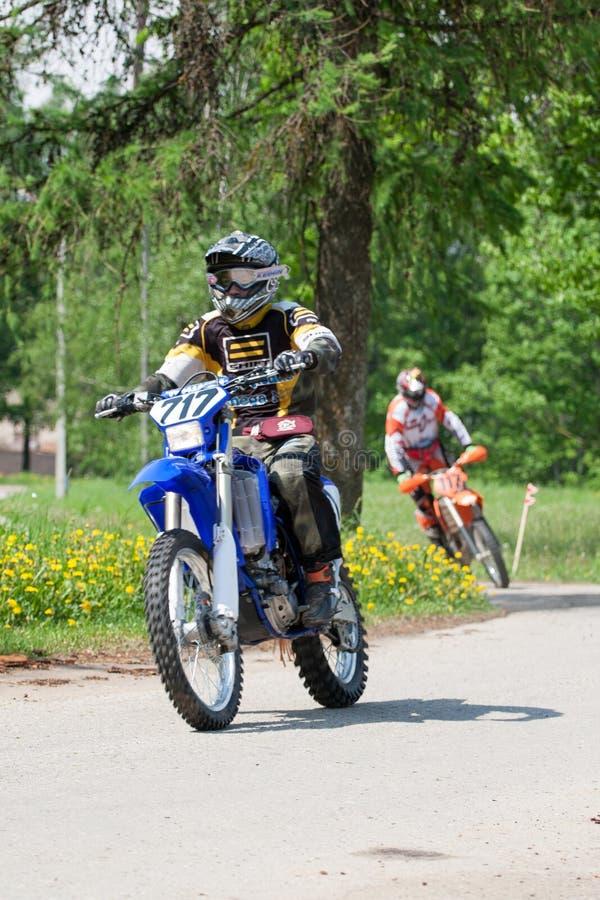 Enduro motocyklu jazdy puszek wzgórze, Madona, Latvia, Maj 26, 2 zdjęcie stock