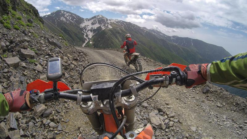 Enduro podróż z brudu rowerem wysokim w górach fotografia royalty free