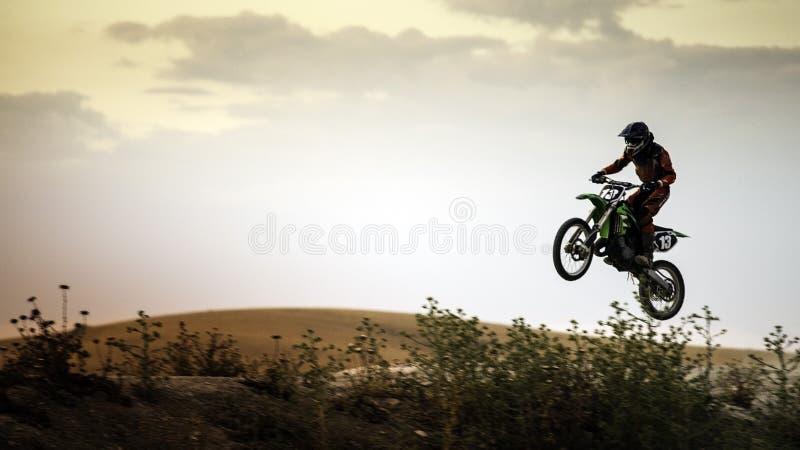 Enduroruiter het springen heuvel stock fotografie
