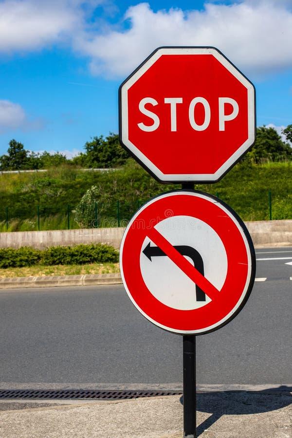 Endverkehrszeichen keine Linkskurve Verkehrsbeschränkung vor dem hintergrund der Straße und des hellen Himmels stockbilder