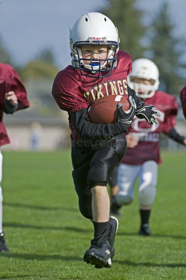 endzonefotboll som körs till ungdommen arkivfoton