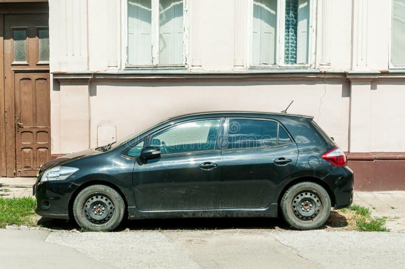 Enegreça o carro usado de Toyota Auris estacionado na rua fotos de stock royalty free