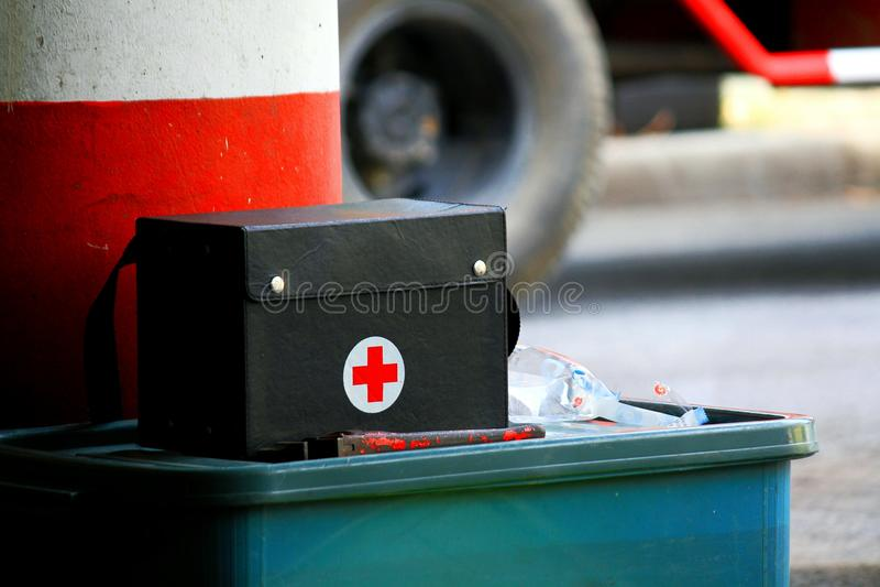Enegreça os primeiros socorros que põem sobre a caixa plástica verde grande para ciao e verificam a doença ou a doença imagem de stock
