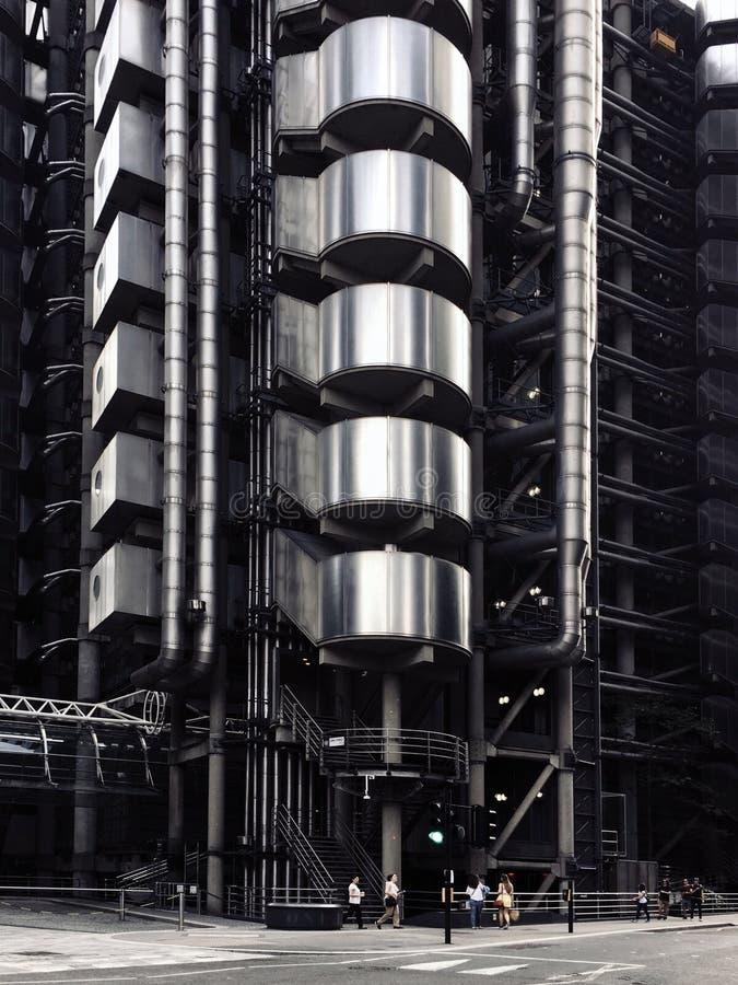 Enegreça um baixo ângulo branco disparou de um elevador em uma construção moderna de brilho do metal imagens de stock royalty free