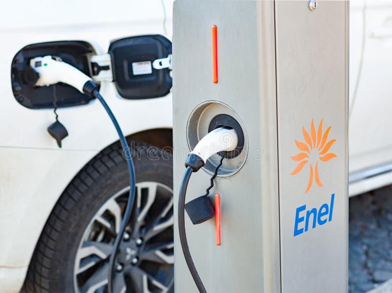 Enel-Elektroautoladegerät schloss zum Sockel an lizenzfreies stockfoto