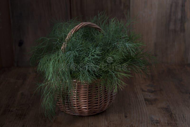 Eneldo fresco en una cesta en una tabla fotografía de archivo libre de regalías