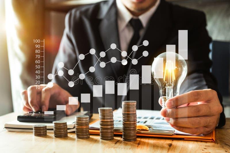 energía de ahorro de la idea y concepto de las finanzas que considera foto de archivo libre de regalías