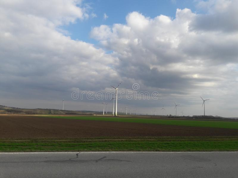 Energía de Eolic en el campo del otoño fotografía de archivo libre de regalías