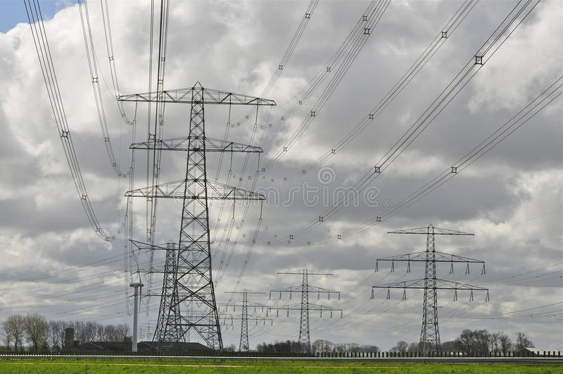 Energía: Líneas para uso general en cielo nublado fotografía de archivo libre de regalías