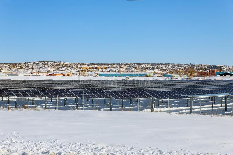 Energía limitada durante el invierno de los paneles fotovoltaicos fotos de archivo
