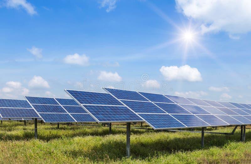 energía renovable alternativa de los paneles solares del sol fotografía de archivo