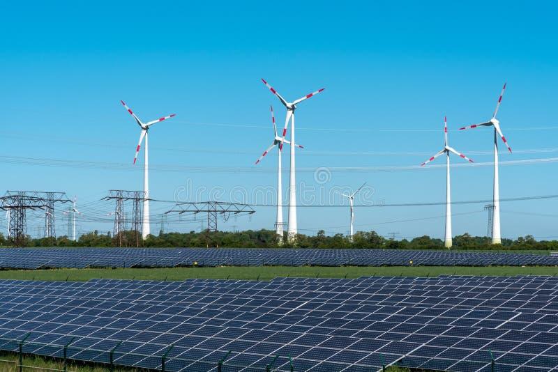 Energía renovable y líneas de red eléctrica fotografía de archivo libre de regalías