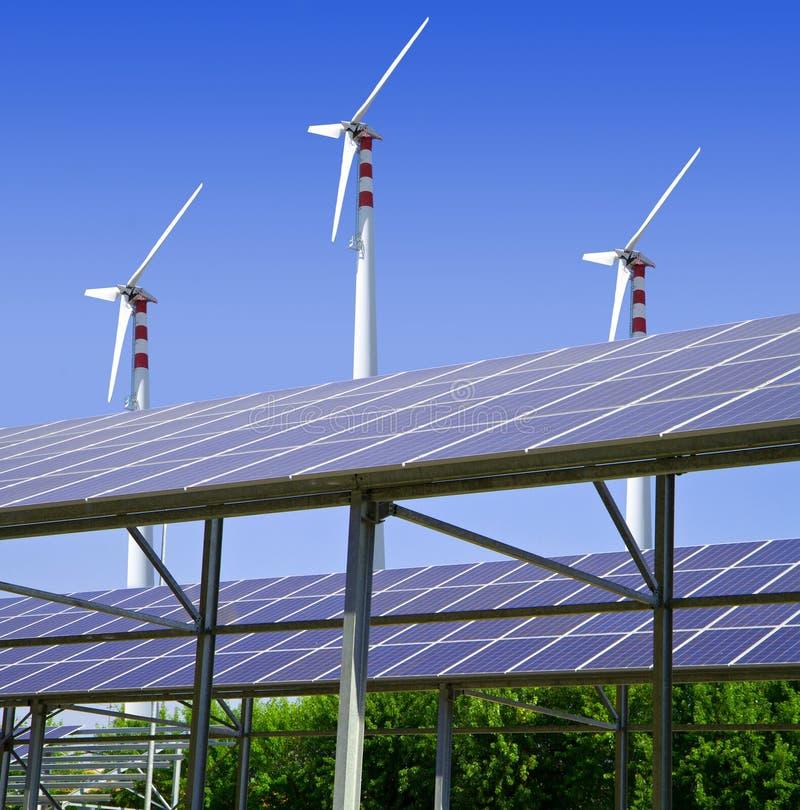 Energía solar y eólica foto de archivo