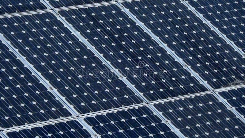 energetyczna ręka odizolowywający panelu słoneczny słońca biel alternatywna energia zdjęcia royalty free