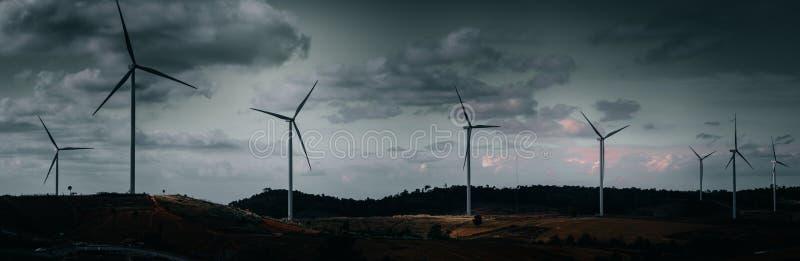 Energi - besparingbegrepp med panoramasikt från const för vindturbin arkivfoto