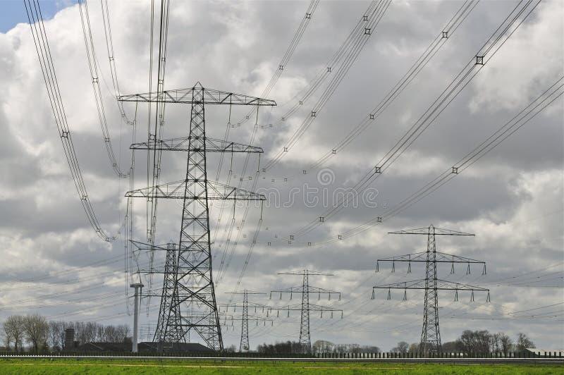 Energi: Hjälpmedel fodrar i molnig himmel royaltyfri fotografi