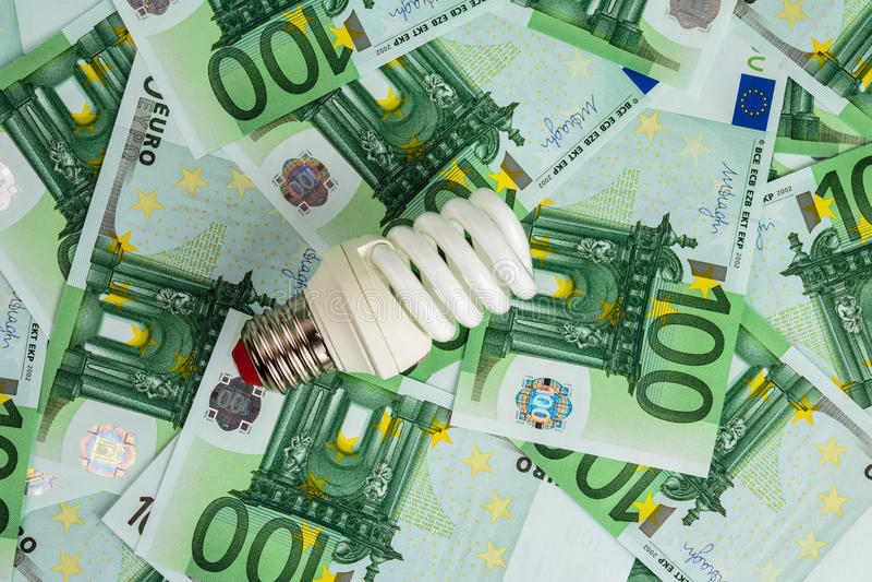 Energi - sparande ljus kula på euro arkivbild