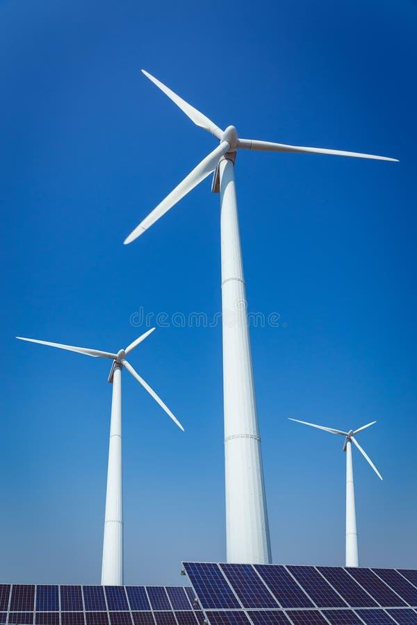 Energia alternativa e concetto verdi di ecologia di protezione dell'ambiente fotografia stock