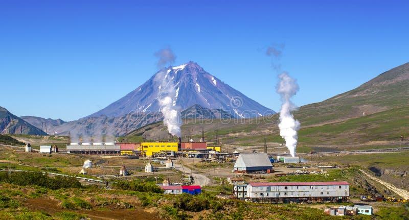 A energia alternativa geot?rmica de central el?trica na pen?nsula de Kamchatka foto de stock royalty free