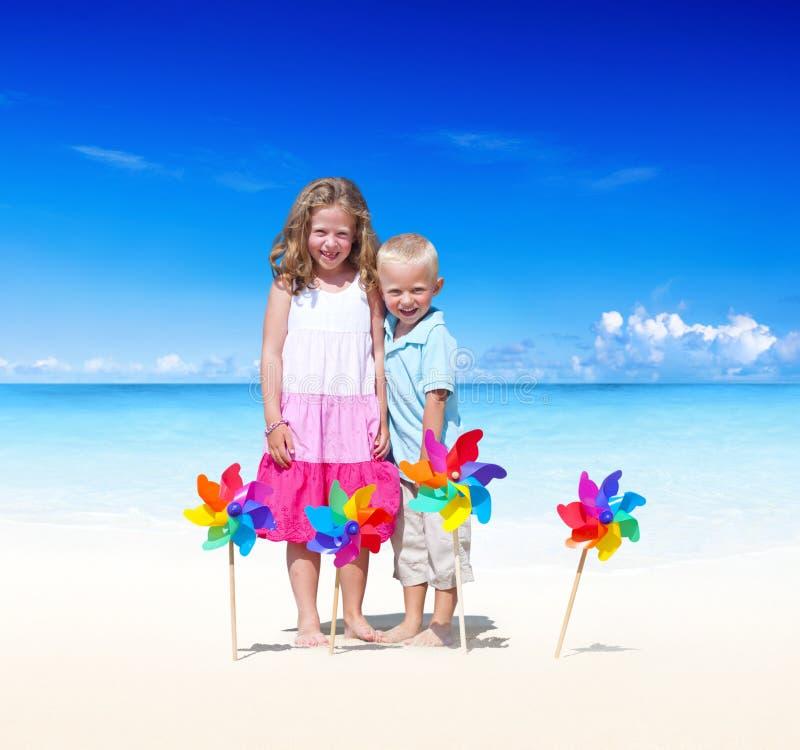 A energia da felicidade das férias da praia do verão caçoa o conceito fotos de stock royalty free