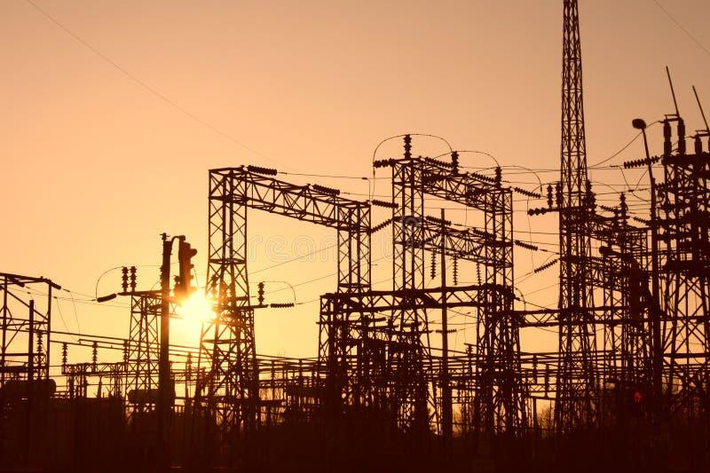 Energia de aço do poder do por do sol do hidro fio das torres imagem de stock