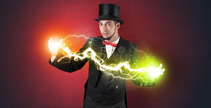 Energia del mago fra le sue mani fotografie stock