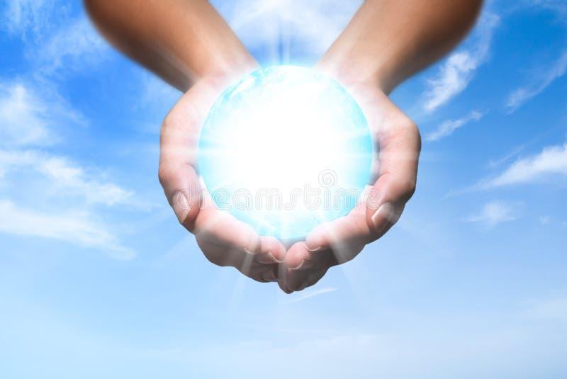 Energia do globo em suas mãos fotografia de stock royalty free