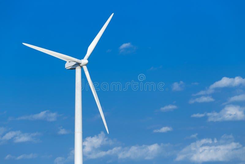 Energia do produto do moinho de vento da energia no céu azul no dia imagem de stock