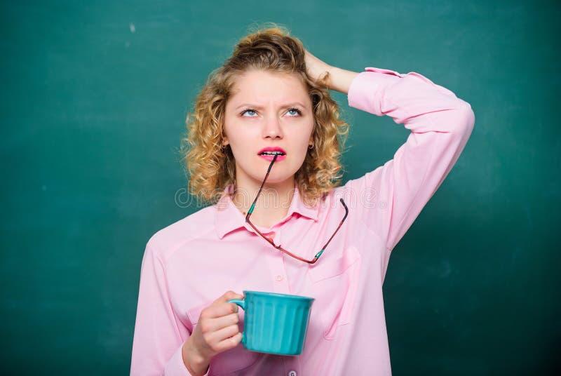 Energia e vigore Costo energetico Idea ed ispirazione pausa caffè di bisogno del maestro di scuola Scena antiquata di mattina: ma fotografia stock