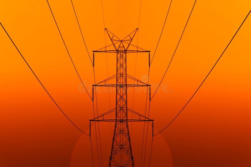Energia elétrica de alta tensão da torre da transmissão foto de stock