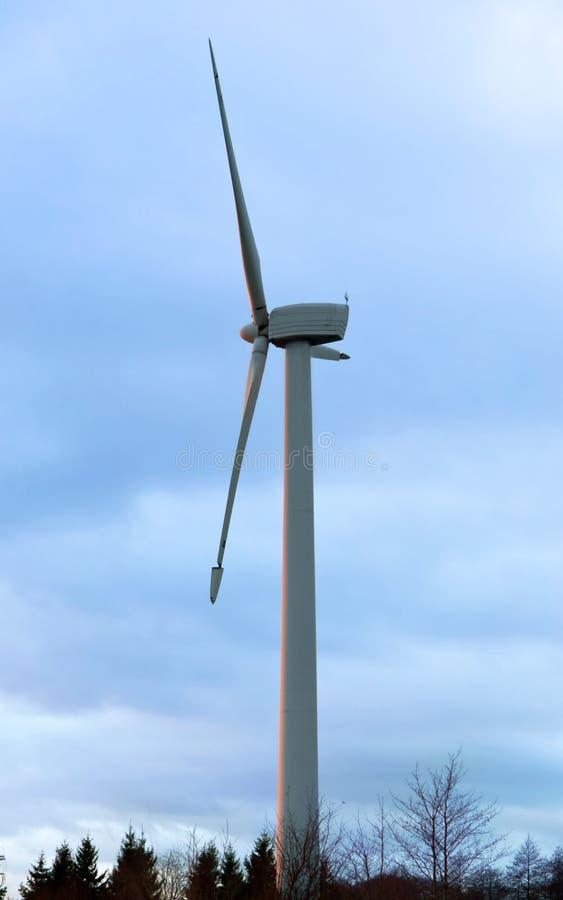 Energia eolica, mulino a vento del generatore eolico fotografia stock