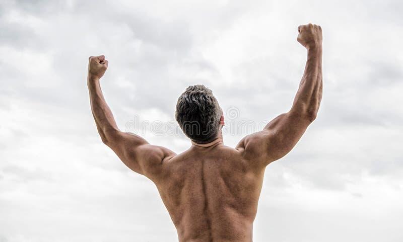 Energia para dentro Halterofilista que mostra os m?sculos Homem traseiro muscular isolado no branco torso e esporte de formação t foto de stock royalty free
