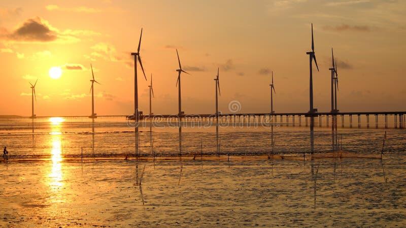 Energia pulita, centrale eolica fotografia stock libera da diritti