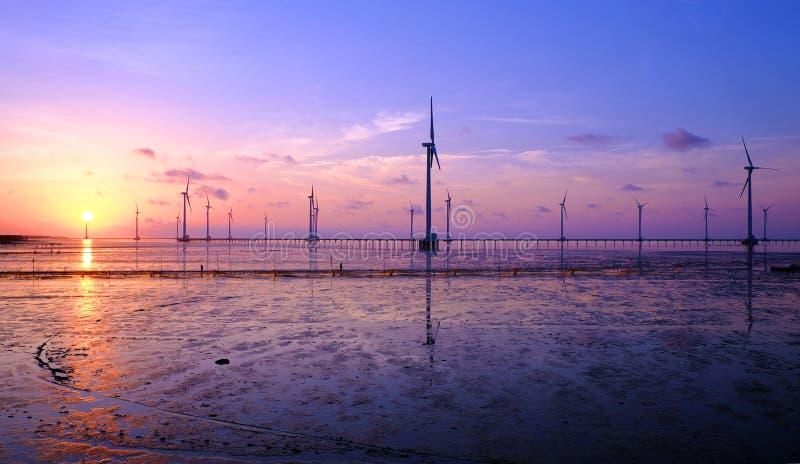 Energia pulita, centrale eolica immagini stock