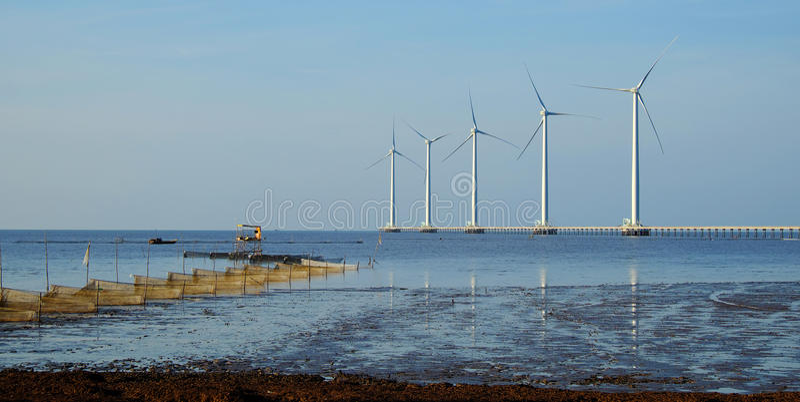 Energia pulita, centrale eolica immagine stock