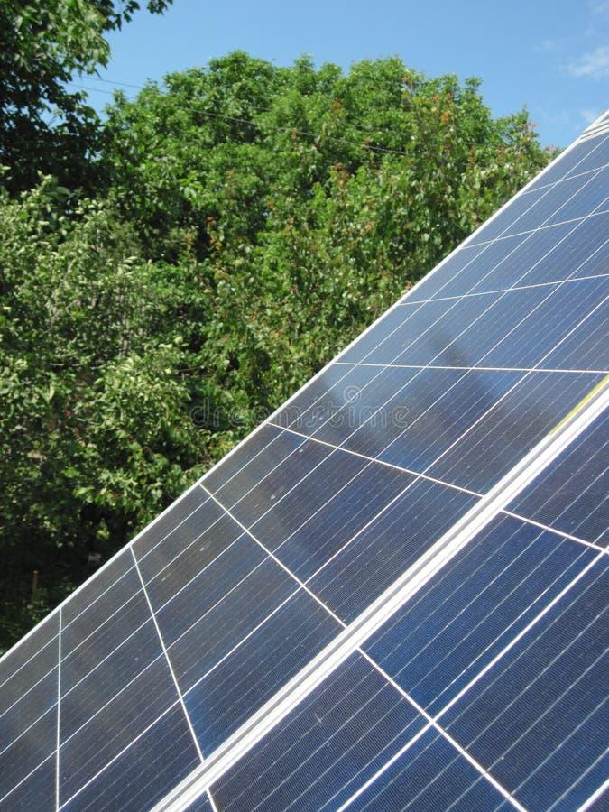 Energia rinnovabile - celle fotovoltaiche - pannelli solari per consumo interno fotografia stock