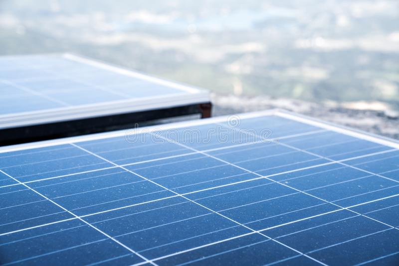 Energia rinnovabile, comitati solari Energia rinnovabile Comitati solari su un tetto fotografia stock libera da diritti