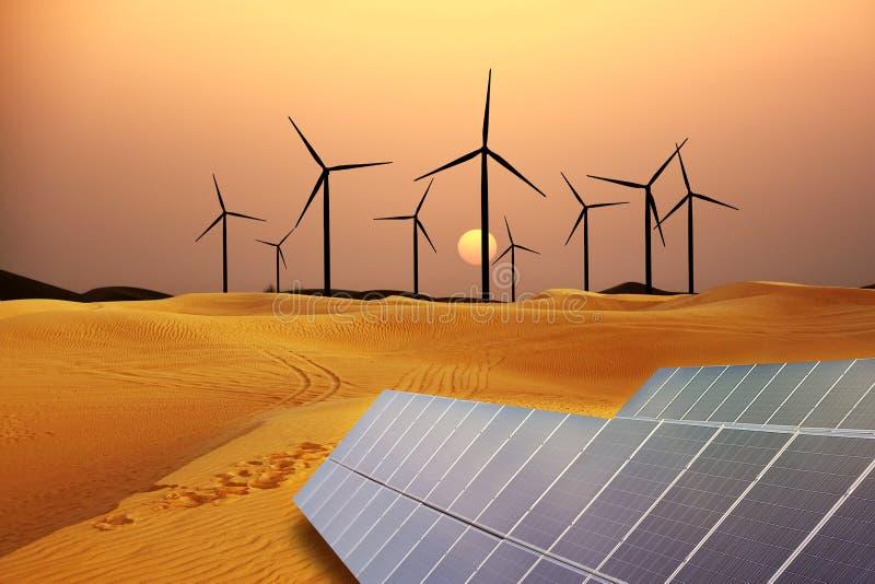 Energia rinnovabile con i mulini a vento ed i pannelli solari in dessert al tramonto immagini stock