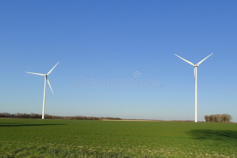 Energia rinnovabile e sviluppo sostenibile del generatore eolico in natura fotografie stock libere da diritti