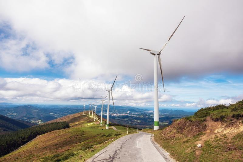 Energia rinnovabile Generatori eolici, parco eolic nel paesaggio scenico di paese basco, Spagna fotografia stock libera da diritti