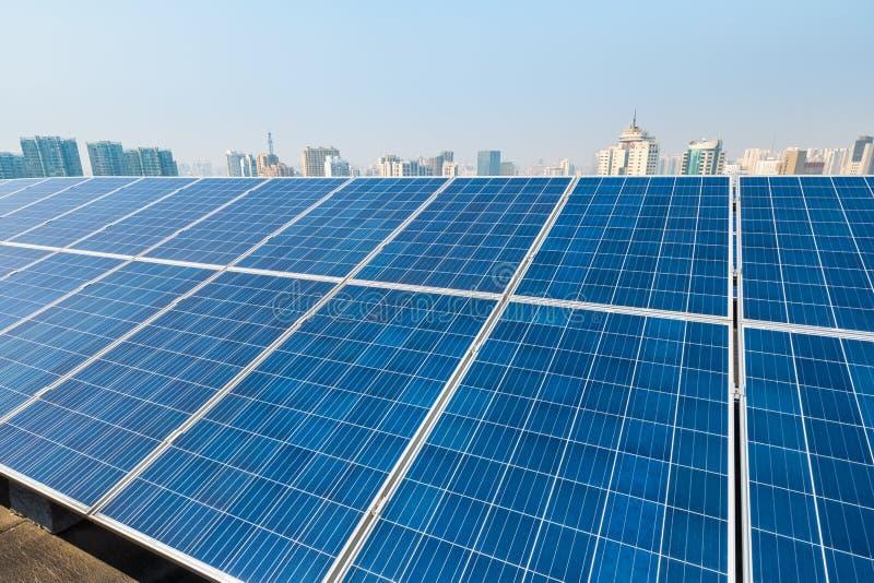 Energia słoneczna i miasto obrazy stock