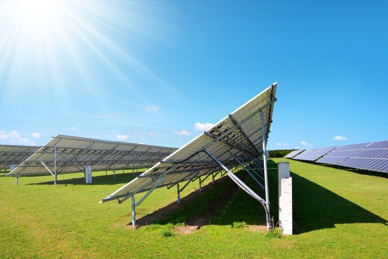 Energia słoneczna panel na łące w słonecznym dniu zdjęcie stock