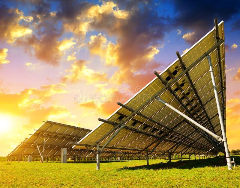 Energia słoneczna panel w łące przy zmierzchem fotografia royalty free