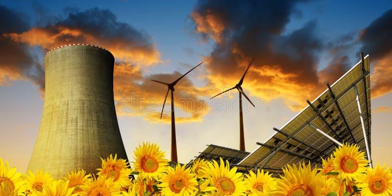 Energia słoneczna panel z silnikami wiatrowymi i chłodniczy wierza elektrownia jądrowa zdjęcie stock
