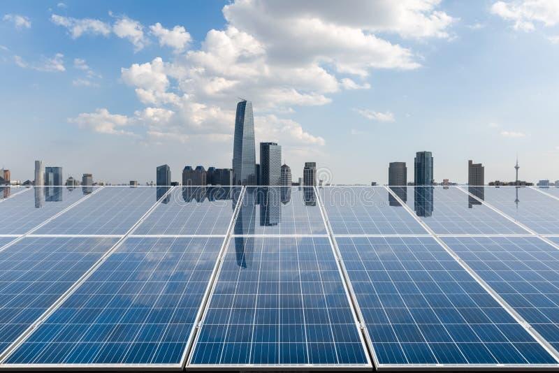 Energia słoneczna z miasto linią horyzontu fotografia stock