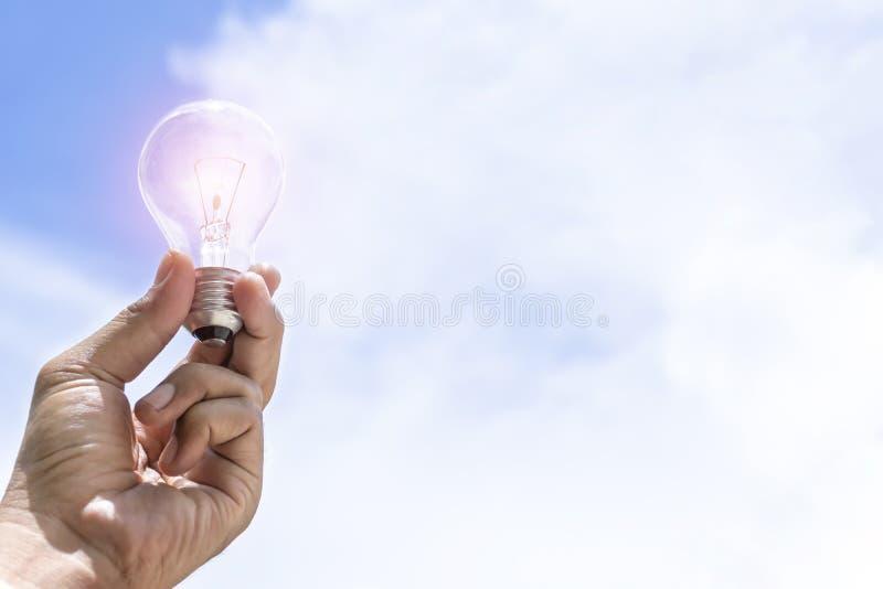 A energia solar é a energia preferida, o suporte da lâmpada é o fundo do céu, fotografia de stock royalty free