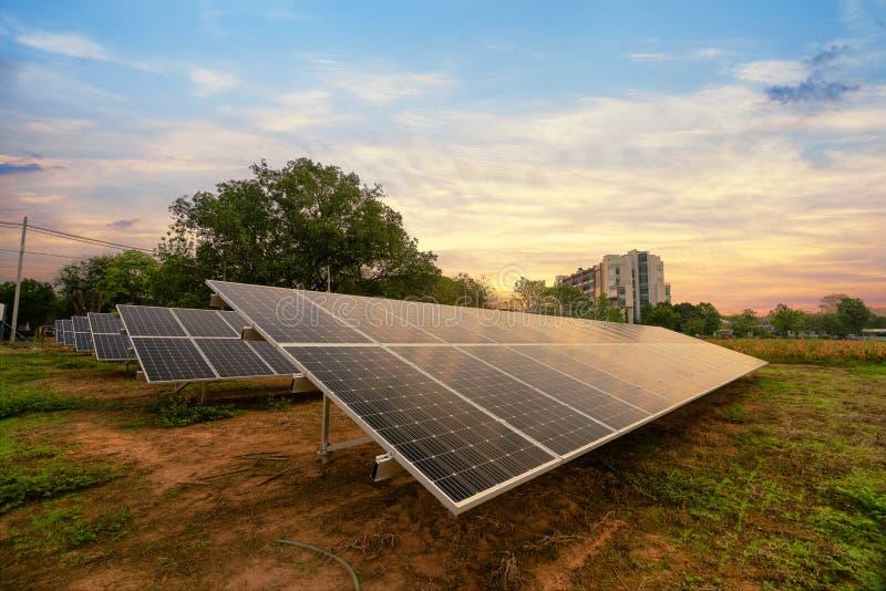 Energia solar gerada na exploração agrícola foto de stock royalty free