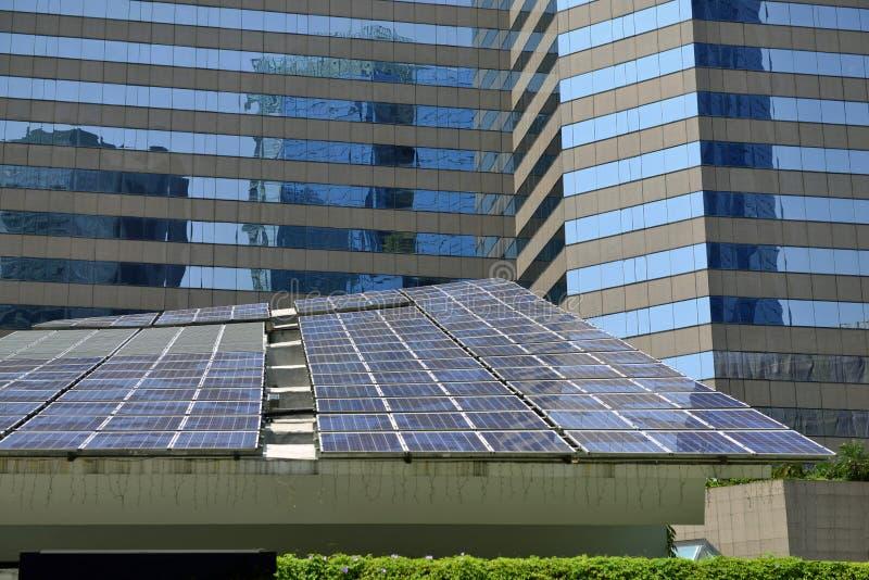 Energia solar na cidade fotos de stock royalty free