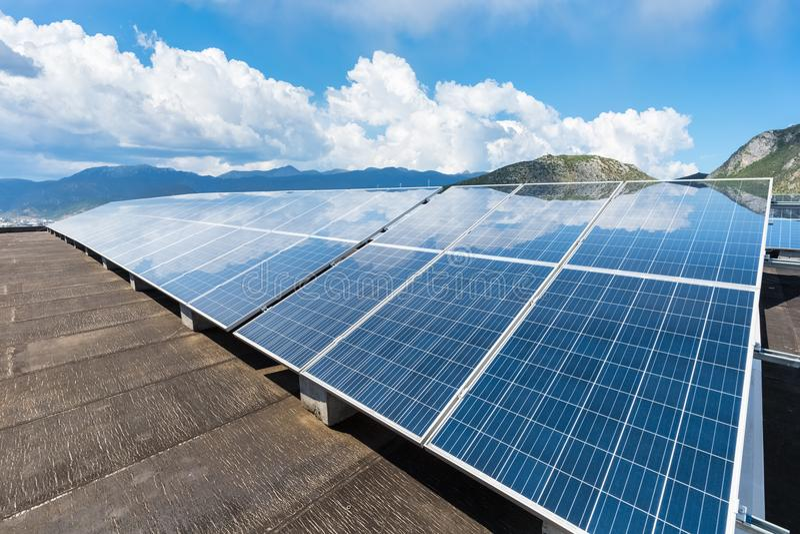 Energia solare con cielo blu fotografia stock libera da diritti