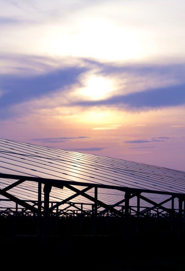 Energia solare per energia rinnovabile elettrica dal sole immagini stock
